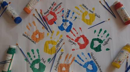 Per Handabdruck und via Pinselstrich soll am 3. Oktober ein Kunstwerk entstehen, dass die Gefühle und Gedanken der KöthenerInnen bezüglich der Deutschen Einheit festhält. Bild: Malteser Hilfsdienst Köthen