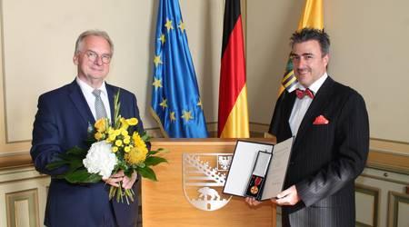 Ministerpräsident Dr. Reiner Haseloff  überreichte den Orten an Uwe Schönemann. Bild: Staatskanzlei
