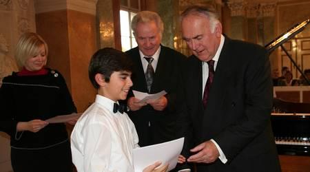 Preisverleihung durch Ministerpräsident Böhmer an Artem Schakbasian, 2. Preis Altersgruppe 1