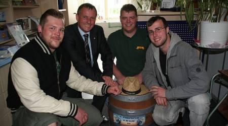 In sicherer OB-hut: Oberbürgermeister Kurt-Jürgen Zander nahm von den Studenten der Hochschule Anhalt das Bierfass entgegen.