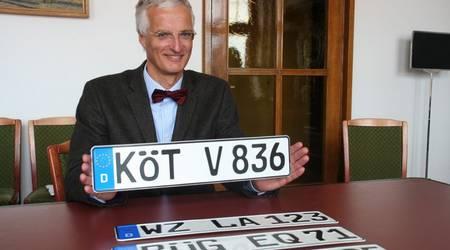 Prof. Dr. Ralf Bochert mit einem auslaufenden Köt-Kennzeichen.