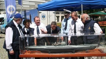 Zu Fachsimpeln gab es jede Menge: Beim Infomobil des Deutschen Marinebundes e.V. fand ein reger Austausch statt - wie hier am Modell des Tauchbootes U 995.
