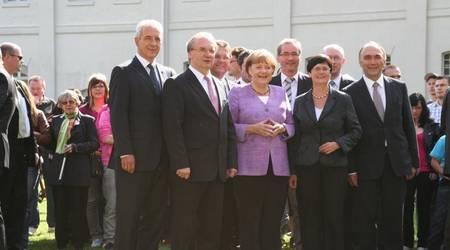 Gruppenfoto: Regierungschefs und Bundeskanzlerin posieren vor der Presse.