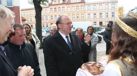 Zwei Studentinnen reichen Sachsen-Anhalts Ministerpräsident Dr. Reiner Haseloff Brot zur Begrüßung.