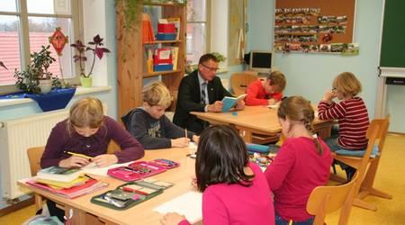 Köthens Oberbürgermeister Kurt-Jürgen Zander las in der Evangelischen Grundschule.