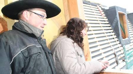 WGK-Mitarbeiterin Judith Wessely schlägt unter den wachsamen Augen von Zimmermann Michael Schmidt den obligatischen letzten Nagel ein.