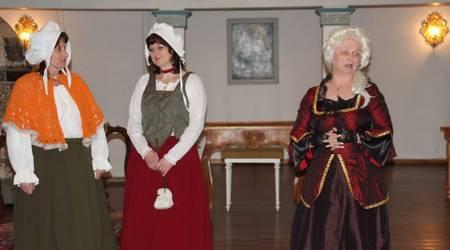 Brigitte Sommerlade, Simone Scholdra und Petra Pick in ihren Rollen als Küchenmagd, Kammerfrau und Gesellschafterin.