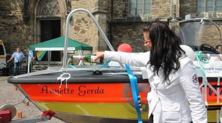 Die Chefin des DRK-Kreisverbandes Köthen, Jeannette Wecke, taufte das Rettungsboot auf den Namen Annette Gerda.