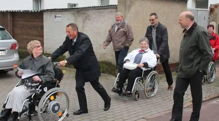Die Vorsitzende des Behindertenverbandes, Evalisa Priebe, und Köthens Oberbürgermeister Kurt-Jürgen Zander führten die 13. Rollitour an.