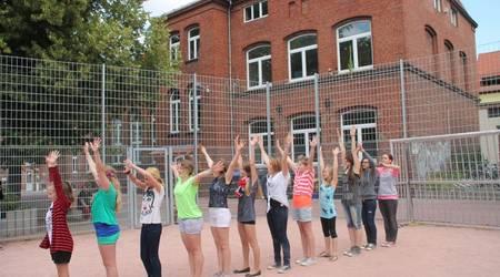 Anlässlich der offiziellen Einweihung des Sportplatzes führten Schülerinnen der Freien Schule Anhalt einstudierte Tänze auf.