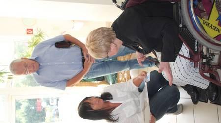 Bibliotheksleiterin Kerstin Köhler (l.) nahm von Evalisa Priebe und  Dr. Helmut Ohme die Auszeichnung des Behindertenverbandes Köthen e.V. entgegen.