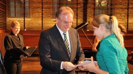 Schirmherr des Wettbewerbs, Ministerpräsident Dr. Reiner Haseloff, gratuliert der Siegerin aus der Altersgruppe 2.