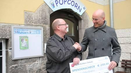 Grund zur Freude: Olaf Schwertfeger, Leiter des Jugendzentrums Popcorn erhält aus den Händen von Gerold Menzel den symbolischen Scheck über 250 Euro.