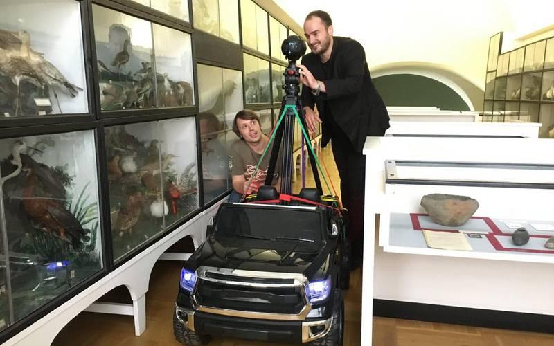 Andreas Madreiter (r.) und Christopher Sterz bei ihrer Rundfahrt durch das Museum.