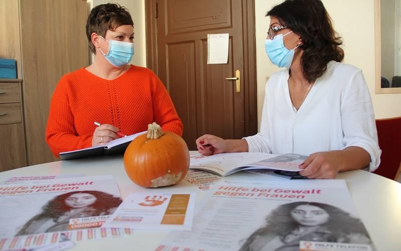 Teilhabemanagerin Kristin Laurich und Janine Brinkmann vom Malteser Hilfsdienst haben 16 orangene Tage für Köthen (Anhalt) geplant.