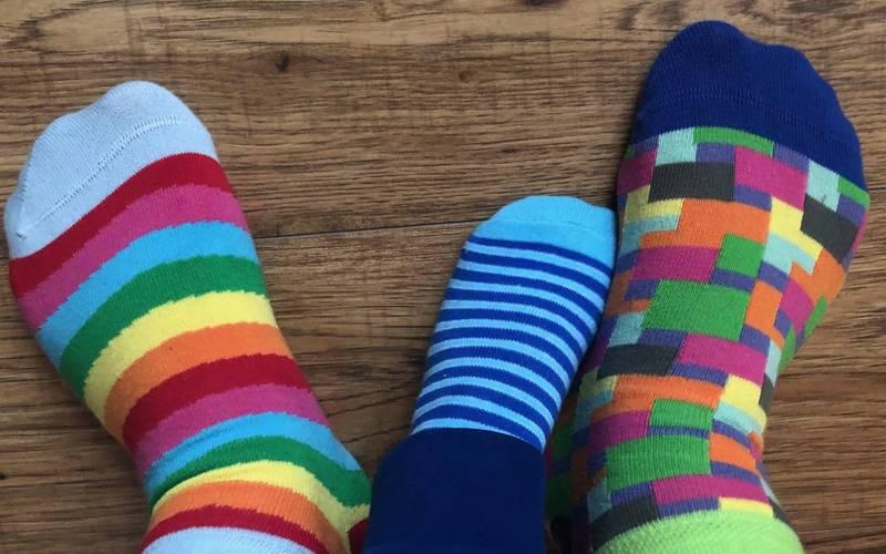 Bunte Socken sind das Symbol des Welt-Down-Syndrom-Tages.