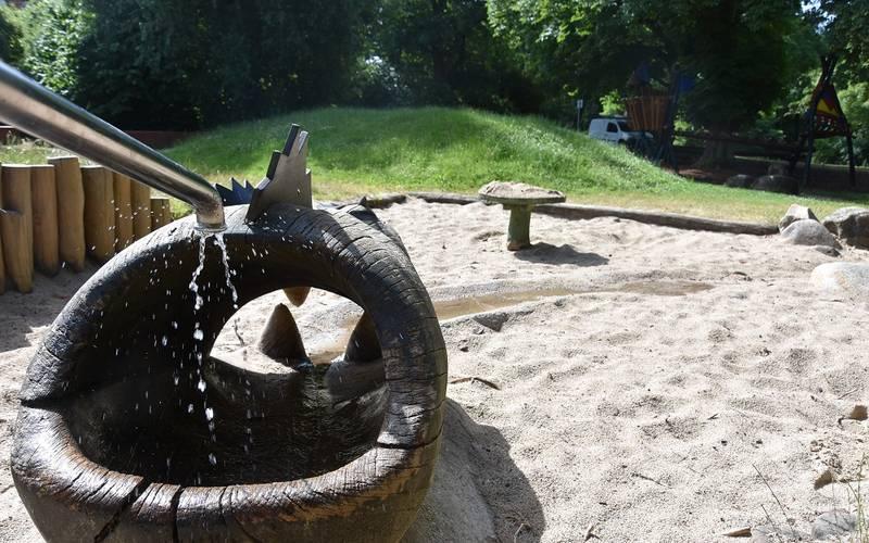 Die Wasserspielanlage am Schlossspielplatz läuft wieder.