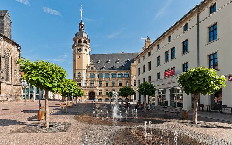 Blick vom Marktplatz zum Rathaus, links die Kirche St. Jakob, rechts das Stadthaus.
